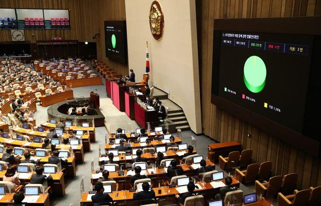 24일 오후 국회에서 열린 본회의에서 스토킹범죄의 처벌 등에 관한 법률안(대안)이 통과되고