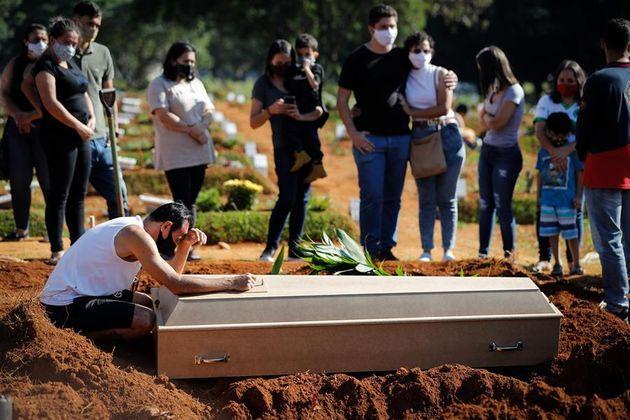 Familiares durante un entierro, este miércoles, en Sao Paulo,