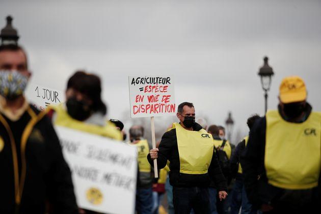 Le 4 mars 2021, des agriculteurs ont manifesté Place des Invalides à Paris pour dénoncer leurs faibles...