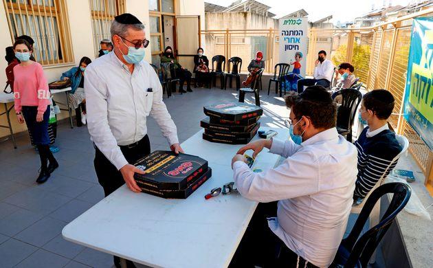 Una persona recibe una pizza gratis por vacunarse en la ciudad israelí de Bnei