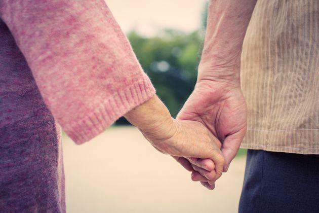 Una pareja de mayores, con las manos