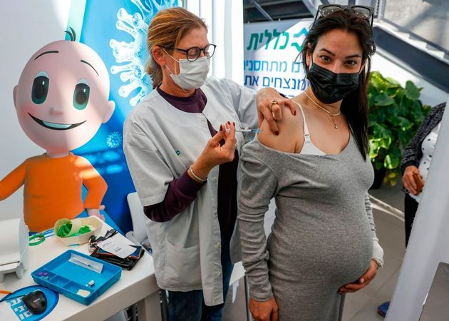 Una embarazada recibe la vacuna de Pfizer en