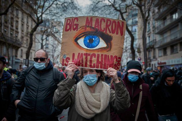 Des manifestants protestent contre le projet de loi sur la sécurité globale du gouvernement français...