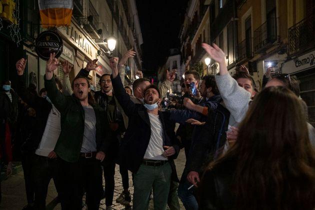 Turistas de fiesta por las calles de