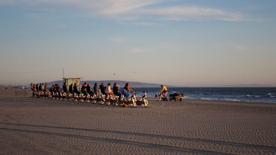 Un cours collectif de sport délocalisé sur la plage, à Santa Monica, le 24 mars 2021.
