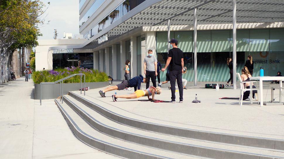Des cours collectifs de sport délocalisés en extérieur, à Los Angeles et...
