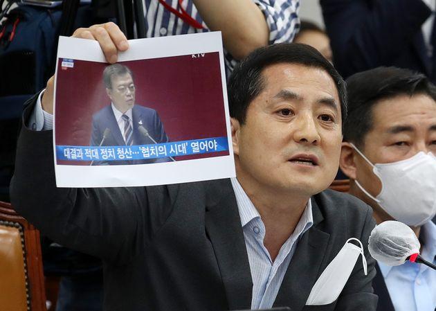 박대출 의원이 29일 오후 서울 여의도 국회에서 열린 운영위 전체회의에서 문재인 대통령 국회 개원연설 사진을 들어보이며 발언을 하고 있다.