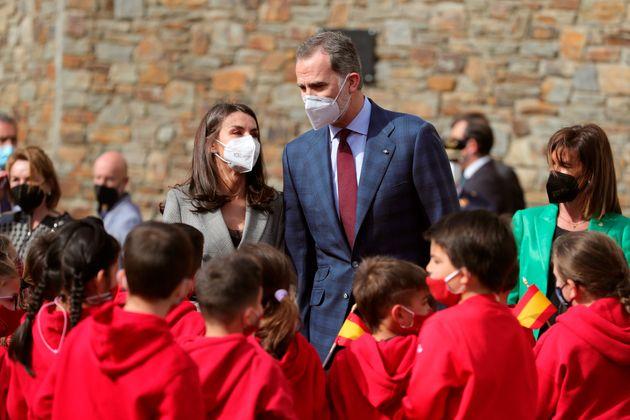 Los reyes saludan a varios niños en su visita al colegio María Moliner, una de las seis escuelas públicas...