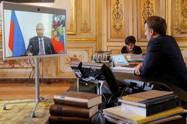 Emmanuel Macron lors d'une visioconférence avec Vladimir Poutine au mois d'août
