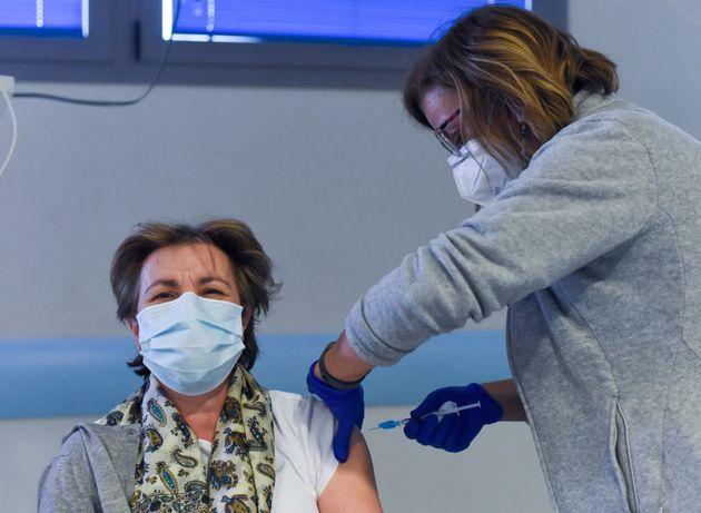 Una enfermera pone una vacuna en el hospital de