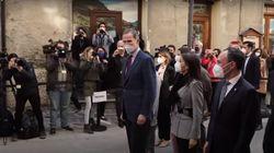 Los reyes oyen por la calle en Andorra el grito que menos esperan: Felipe mira rápido a