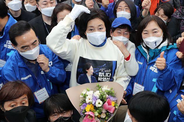 박영선 더불어민주당 서울시장 후보가 27일 서울 중랑구 동원시장 인근에서 유세 후 시민들과 기념사진을 찍고 있다.