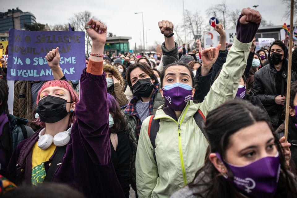 Dimostrazione delle donne turche nel distretto di Kadikoy,