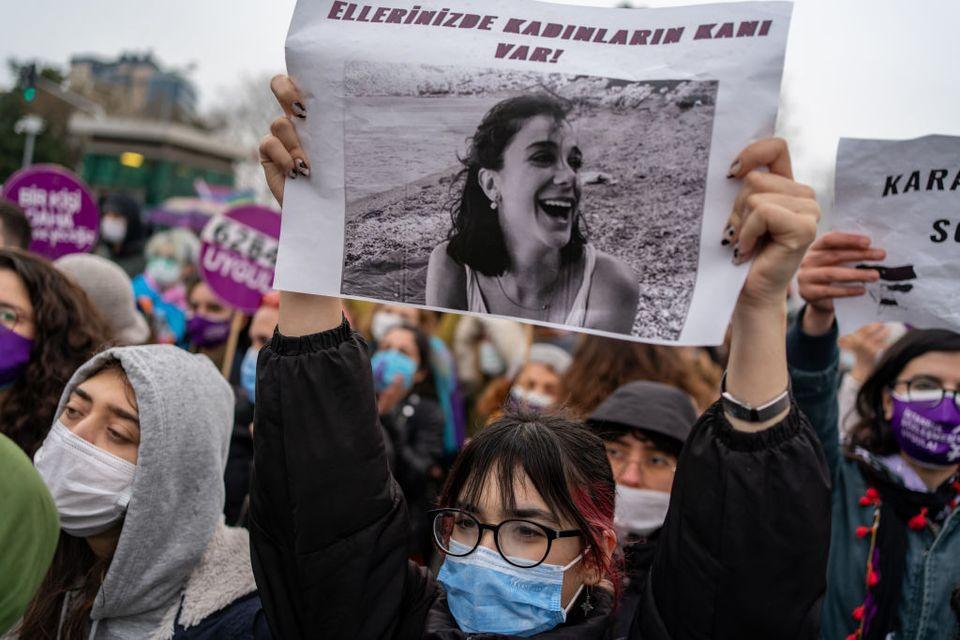 Protesta a Istanbul dopo il ritiro dalla Convenzione contro la violenza sulla