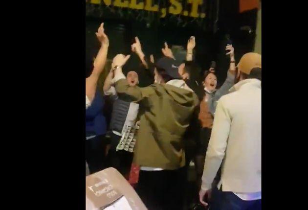 Un grupo de jóvenes, sin mascarilla ni distancia de seguridad, bebe y canta en pleno centro de