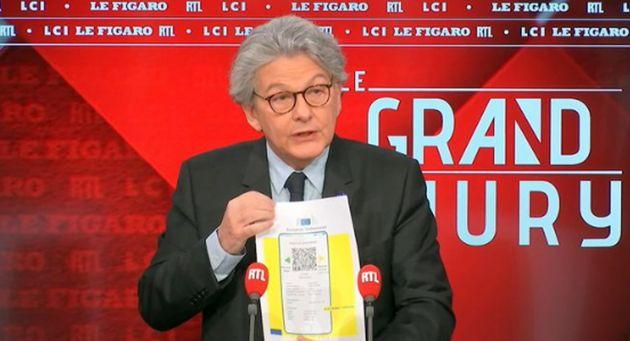 Breton mostra il passaporto vaccinale Ue,