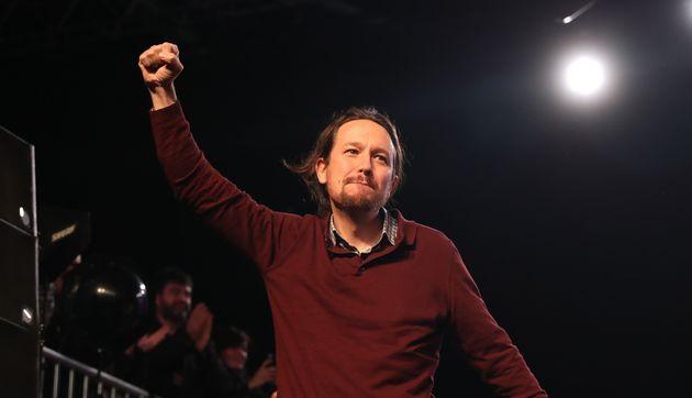 Pablo Iglesias levanta el puño en un mitin de