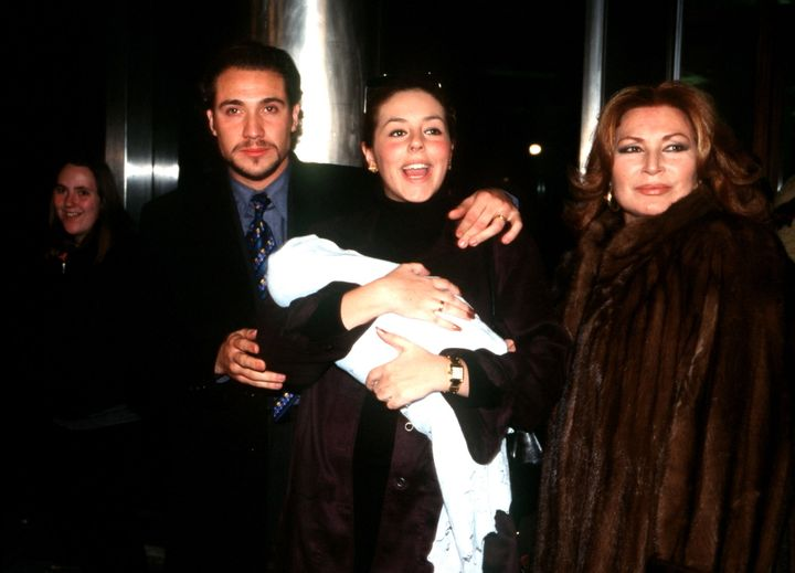 Rocio Jurado, Rocío Carrasco y Antonio David Flores posan a la salida del hospital con el segundo hijo del matrimonio.