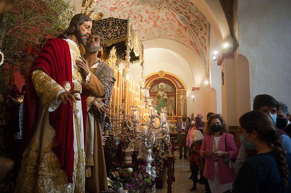 28 Μαρτίου 2021, Μάλαγα - Ισπανία: Πιστοί προσκυνούν φιγούρα του Ιησού, παραμονές της Μεγάλης Εβδομάδας...
