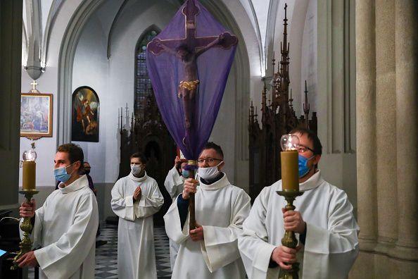26 Μαρτίου 2021, Κρακοβία - Πολωνία: Ιερείς με μάσκες στο πρόσωπο σε Καθολική Εκκλησία παραμονές του...