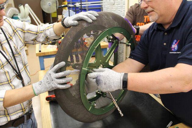 나사 글렌연구센터 엔지니어들이 화성탐사차량용 형상기억합금 타이어 시제품을 조립하고