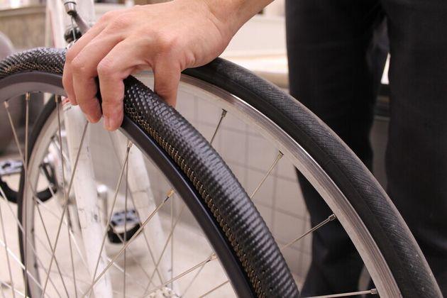 형상기억합금으로 만든 공기없는 타이어(왼쪽)와 일반 고무 타이어. 형상기억합금 타이어의 접지면을 유사 고무 재질로
