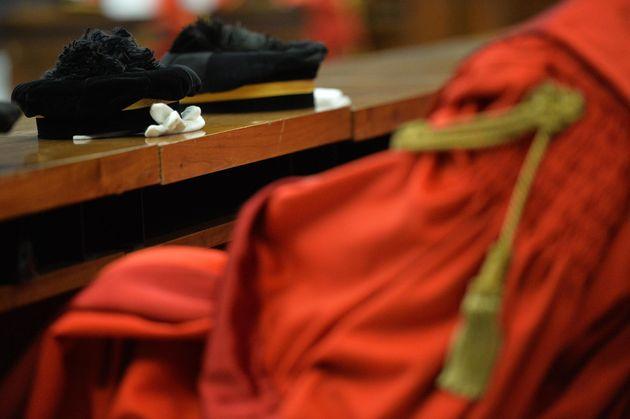 Il cappello da magistrato posato sugli scranni occupati durante l'inaugurazione dell'anno giudiziario.ANSA/LUCA
