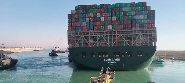 Διώρυγα Σουέζ: Κατά 80% επαναφορά του πλοίου στη σωστή