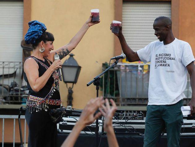 El portavoz del Sindicato de Manteros y Lateros, Serigne Mbaye, junto a la actriz Rossy de Palma en