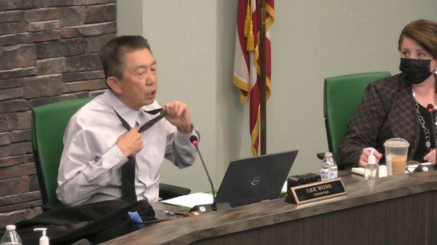会議中にシャツを脱ぎだしたリー・ウォンさん(Vimeoの動画より)