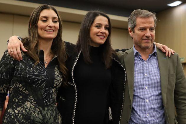 De izquierda a derecha, la diputada de Cs Sara Giménez, la líder del partido, Inés Arrimadas, y el secretario...