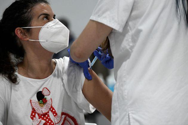 Una mujer se vacuna en el Hospital Isabel Zendal de