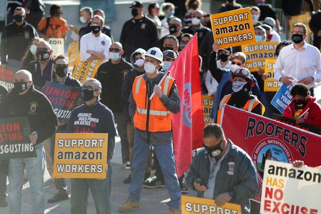 Des manifestants soutenant les efforts de syndicalisation d'employés d'Amazon en Alabama, à...