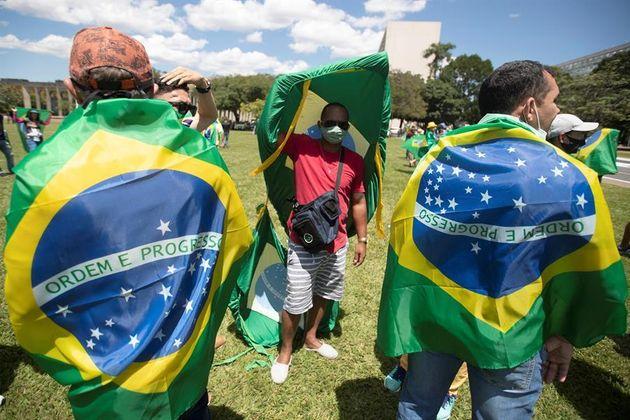 Simpatizantes del presidente de Brasil protestan contra el cierre