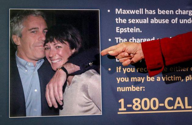 Una foto de Jeffrey Epstein y Ghislaine Maxwell en una conferencia de prensa en Nueva