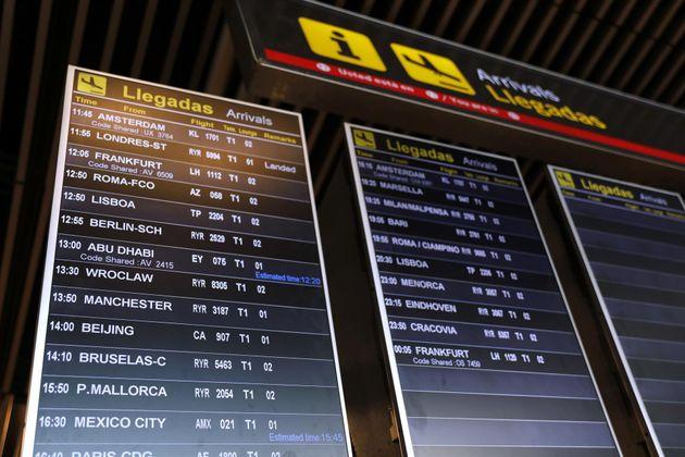 Un cartel de 'Llegadas' en el Aeropuerto de Madrid-Barajas Adolfo Suárez, en