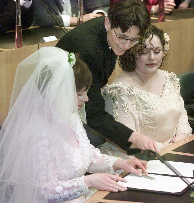 結婚証明書へのサインの仕方を聞く、ヘレネ・ファーセンさんとアンネマリ・フースさん