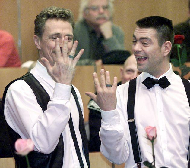 結婚指輪を見せる、フランク・ウィッテブロードさん(左)とペーテル・レムケさん