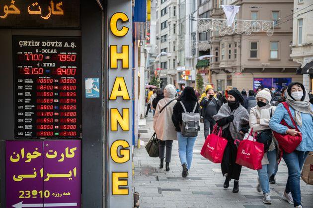 Τουρκία: Νέα βουτιά της λίρας μετά την καρατόμηση και του υποδιοικητή της κεντρικής