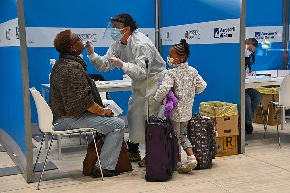 Ένας επιβάτης που μόλις έφτασε στο αεροδρόμιο Φιουμιτσίνο της Ρώμης με πτήση από τη Νέα Υόρκη υποβάλλεται σε rapid test. 9 Δεκεμβρίου 2020. Σε εκείνη τη χρονική στιγμή, η Ιταλία είχε αποφασίσε να μην εφαρμόζεται η καραντίνα για τους επισκέπτες από τις ΗΠΑ. (Photo by ANDREAS SOLARO / AFP) (Photo by ANDREAS SOLARO/AFP via Getty Images)