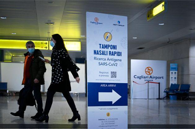 Dos personas caminan por el aeropuerto italiano de Cagliari, en