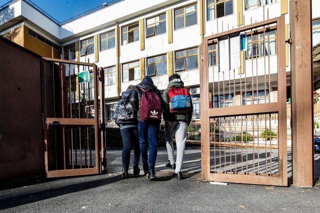 L'ingresso degli alunni di una scuola media a Roma, 30 marzo 2021. Il Lazio da oggi torna in arancione...