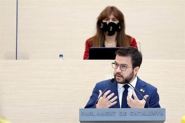 El candidato de ERC a la presidencia de la Generalitat, Pere Aragonès, junto a la presidenta del Parlament,...