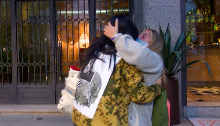 Rocío y Olga se despiden con un gran abrazo antes de que la mujer de Antonio David Flores se marché a Honduras.