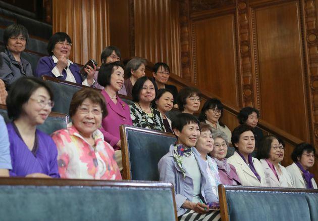 参院本会議場の傍聴席で「政治分野における男女共同参画推進法」成立を見守る女性たち=2018年5月16日