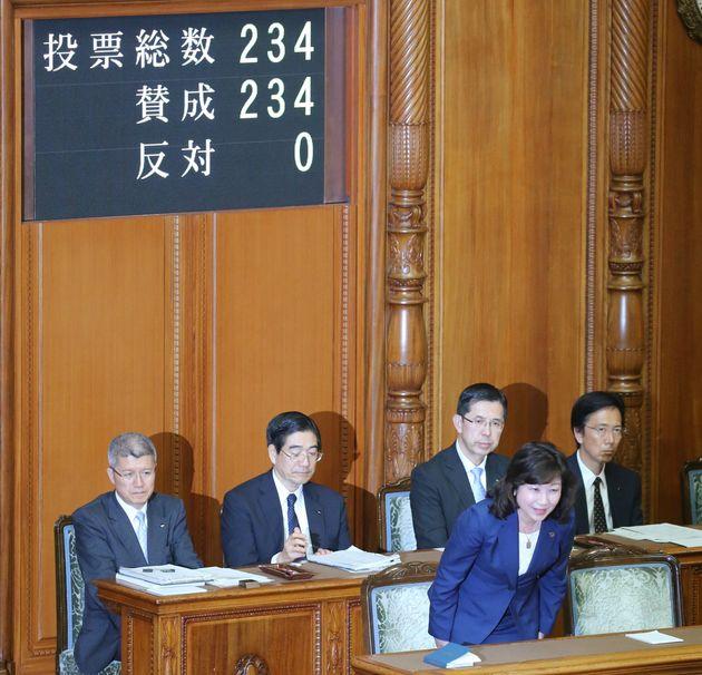 「政治分野における男女共同参画推進法」が参院本会議で可決、成立し、一礼する野田聖子総務相=2018年5月16日