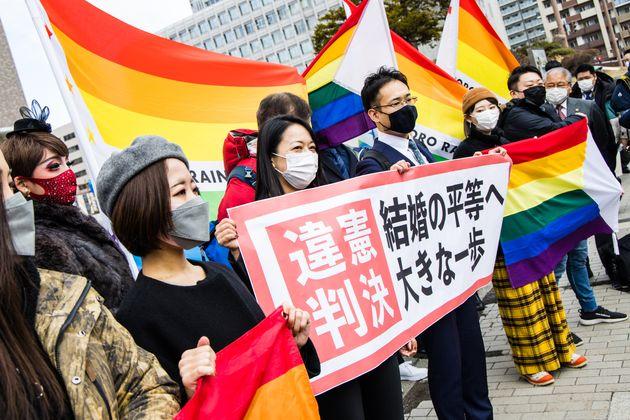 違憲判決を喜ぶ原告の弁護団や支援者たち(2021年3月17日)
