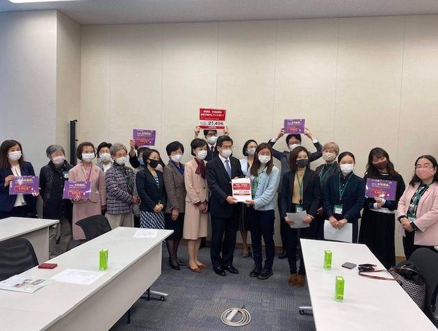公明党の石井啓一幹事長に署名を手渡すメンバーら。世代をこえた女性たちが、署名キャンペーンを呼びかけた=2020年10月30日