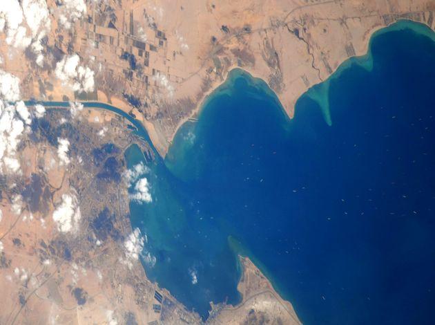 野口聡一さんの公式Twitterより投稿された、スエズ運河付近とみられる写真