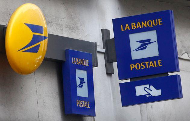 Enseignes de La Banque Postale à Paris, le 1er mars